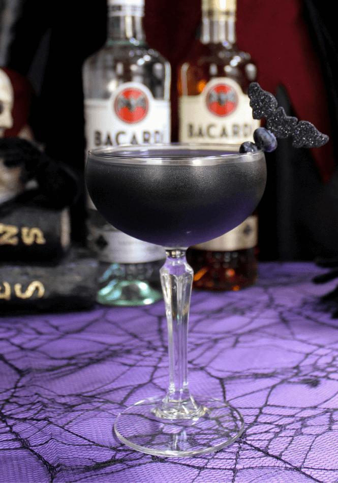 Foto: Simply Made Recipes // cocktail - zwart - heksen - rum