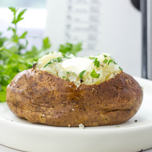 Air Fryer Baked Potatoes, how to cook potatoes in air fryer, air fryer recipes, baked potatoes, steakhouse style baked potatoes