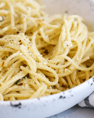 Pasta Aglio e Olio, pasta with garlic, pasta tossed in olive oil, meatless pasta recipe, classic pasta dishes, 15 minute dinner ideas,