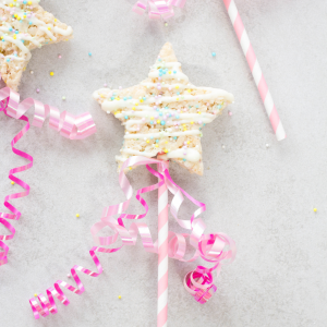 Rice Krispies Wands, kids birthday party recipes, princess party snacks, how to make rice krispies, DIY wands, desserts for kids, fun dessert recipe ideas,